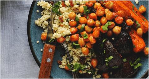 Recette végétarienne protéinées - Racines grillées à l'harissa avec pois chiches et millet