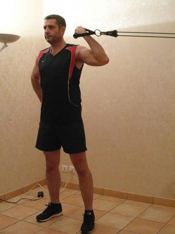Musculation poids du corps - curl biceps avec bandes élastiques