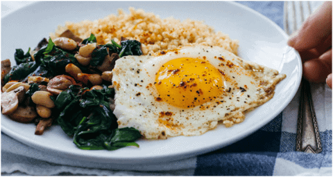 Recette pour remplacer la viande - Œufs frits avec boulgour et épinards