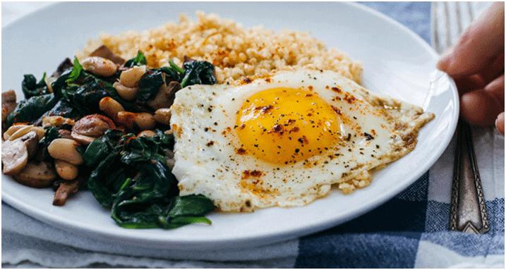 Par quoi remplacer la viande - Œufs frits avec boulgour et épinards