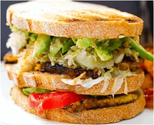 Sandwich Ruben au tempeh riche en protéine végétale