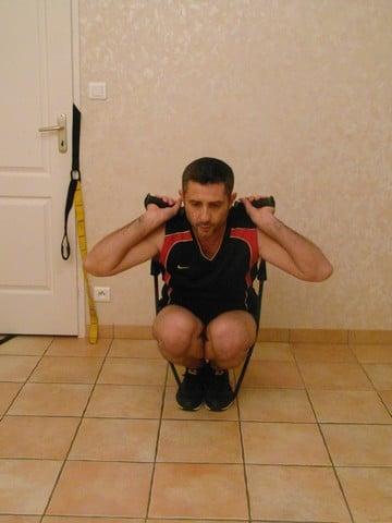 Faire du sport quand on a pas le temps - Squats avec bandes élastiques 1