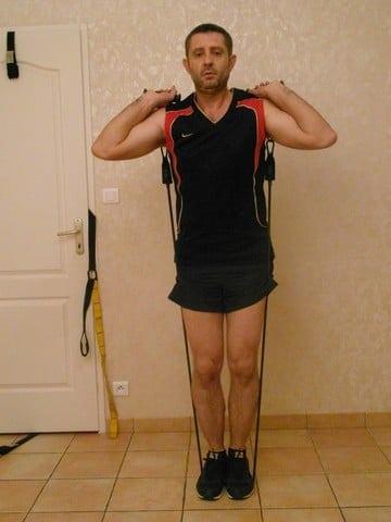 Faire du sport quand on a pas le temps - Squats avec bandes élastiques 2