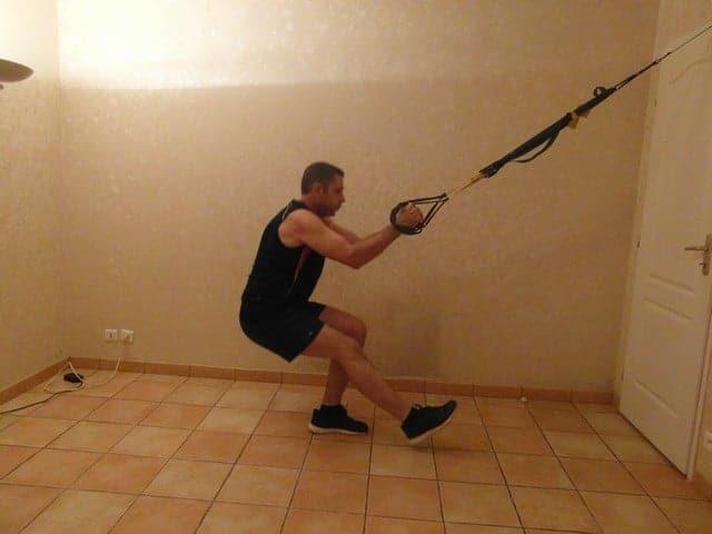 Faire du sport quand on a pas le temps - Squat une jambe avec TRX 1