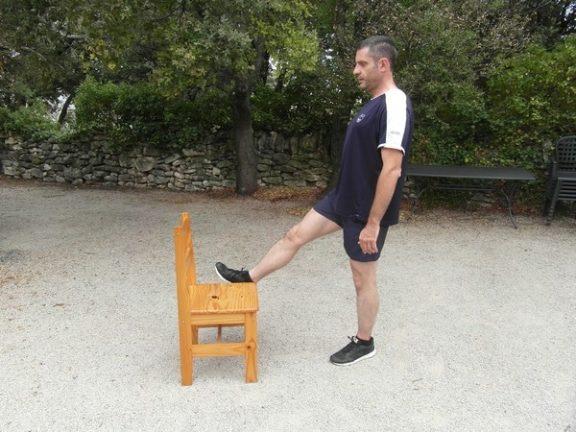Exercices poids du corps - Relevé de jambe debout 2