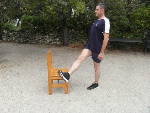 Exercices poids du corps - Relevé de jambe debout 3