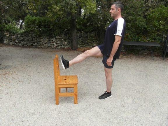 Exercices poids du corps - Relevé de jambe debout 1