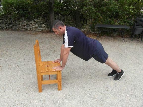 Exercice poids de corps - Pompes inclinées 1