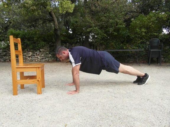 Exercices poids du corps - Pompes avec tape 1