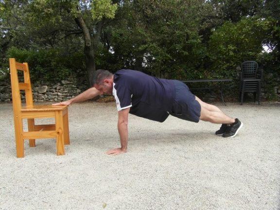 Exercices poids du corps - Pompes avec tape 3