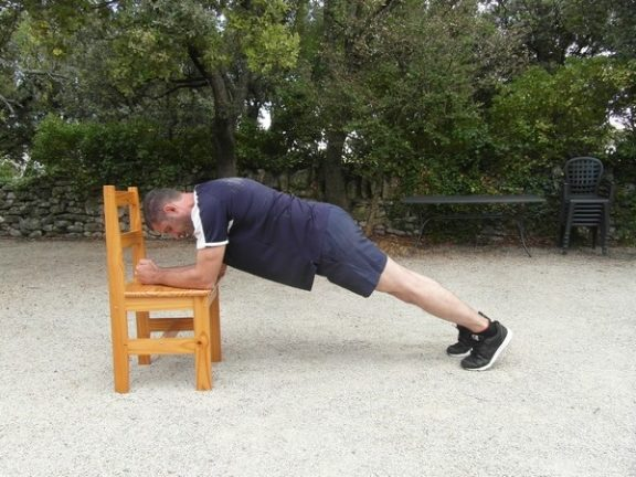 Exercices poids du corps - Planche avec levée des genoux 1