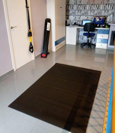 Salle de gym avec tapis de sol